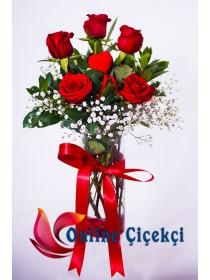 Vazoda Aşkın Simgesi Kırmızı Güller